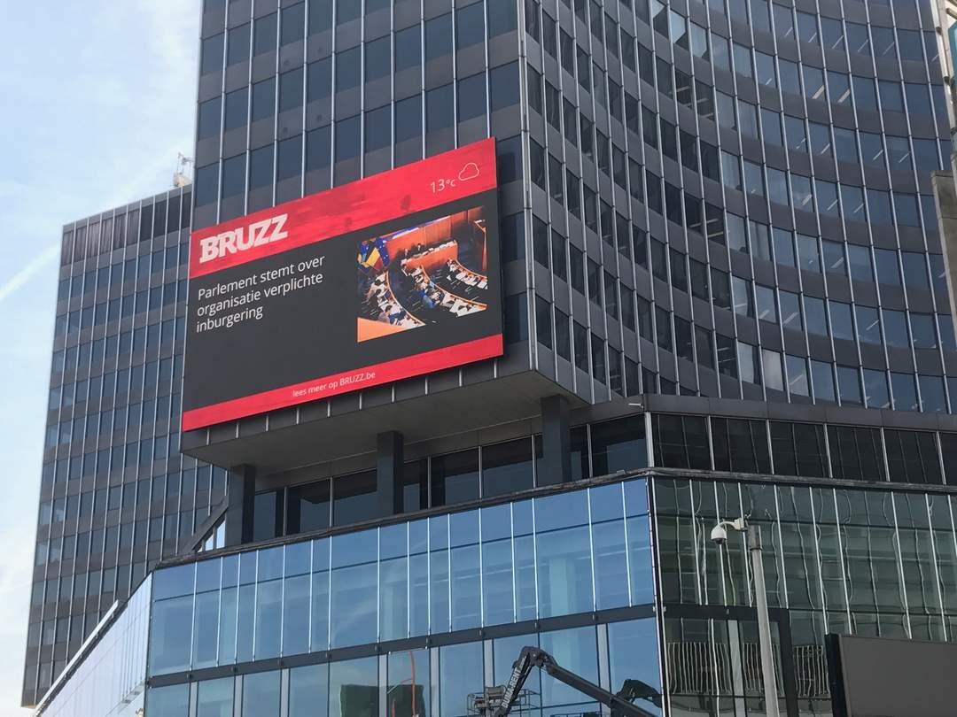 Het Bruzz nieuwsscherm op het De Brouckèreplein